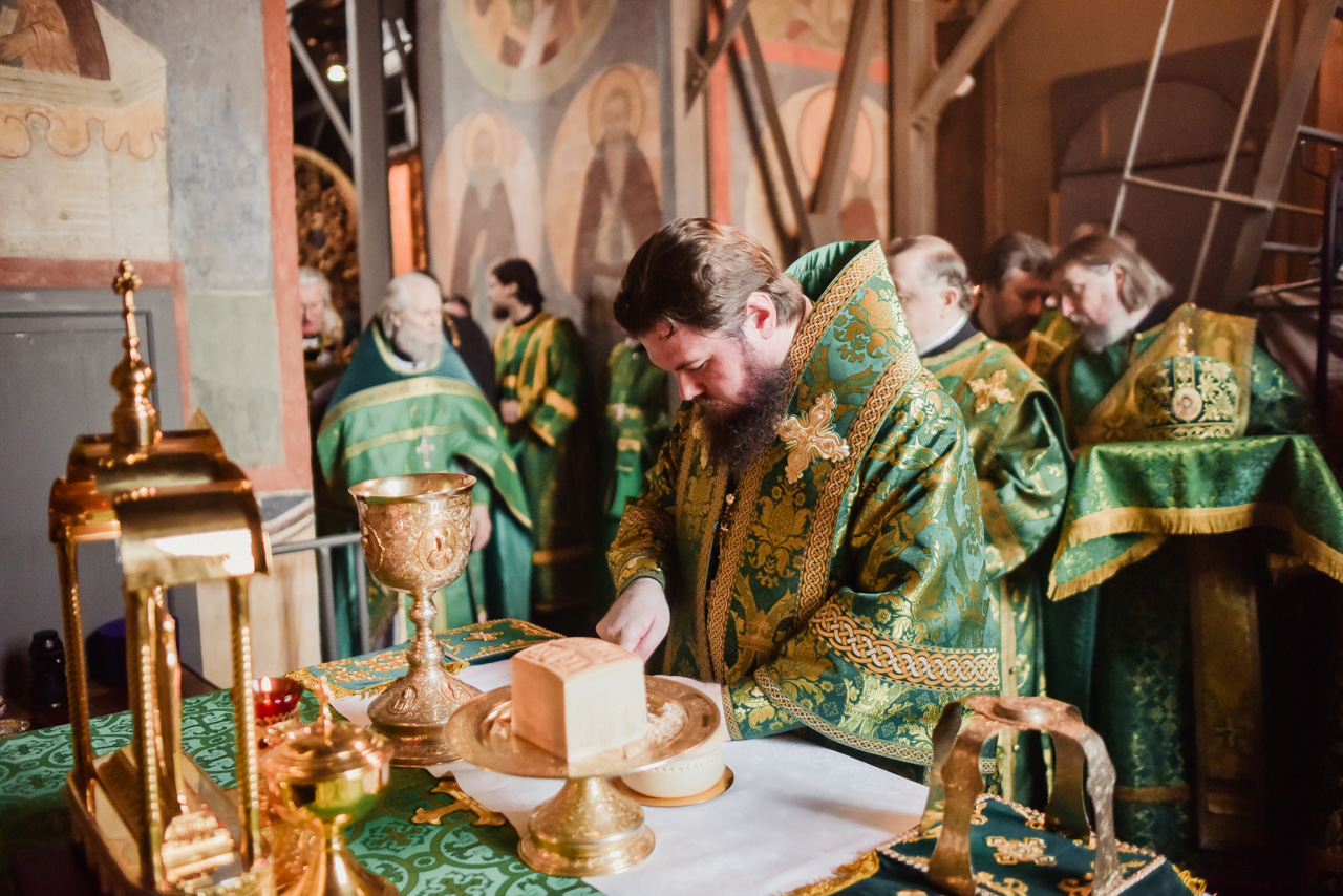 Божественная литургия и чин молебного пения в Архангельском соборе Московского Кремля.