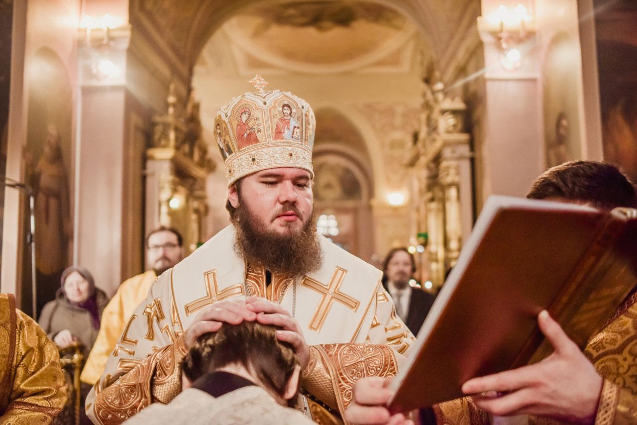 Божественная литургия в храме Сошествия Святого Духа на Даниловском кладбище г. Москвы