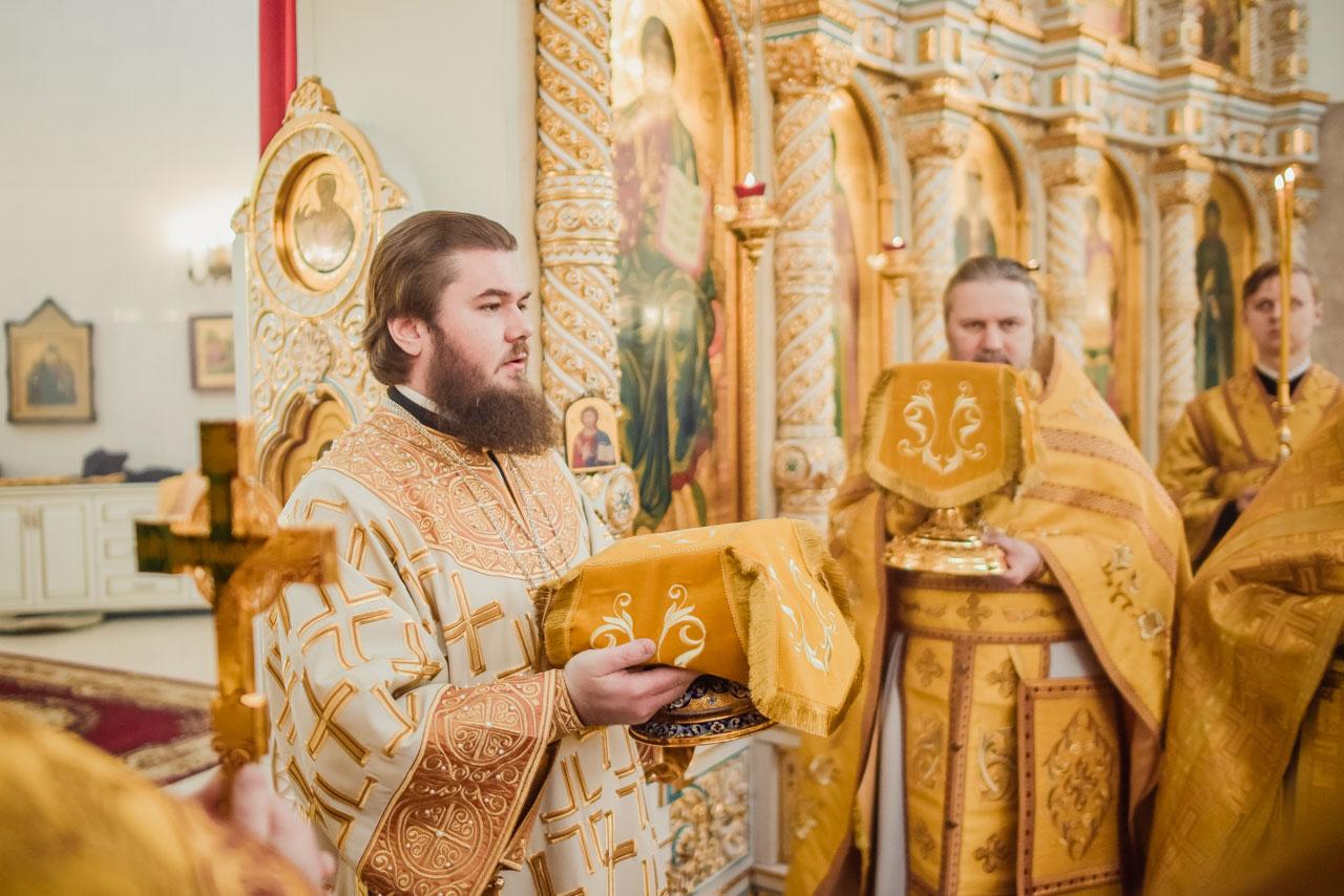 Божественная литургия в храме Живоначальной Троицы в честь тысячелетия Крещения Руси в Орехове-Борисове