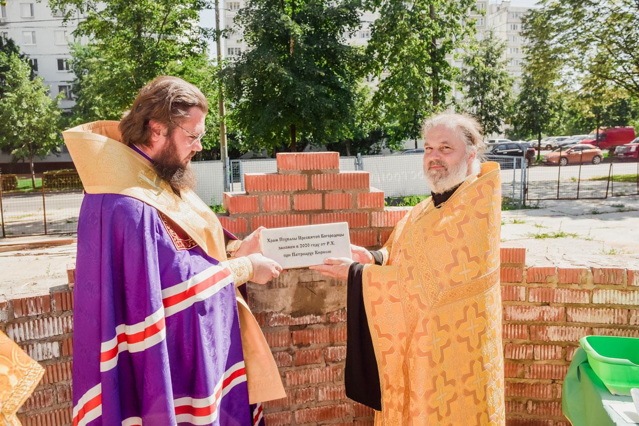 Епископ Бронницкий Фома совершил закладку памятной капсулы в основание строящегося храма в честь Похвалы Пресвятой Богородицы в Зябликове г. Москвы