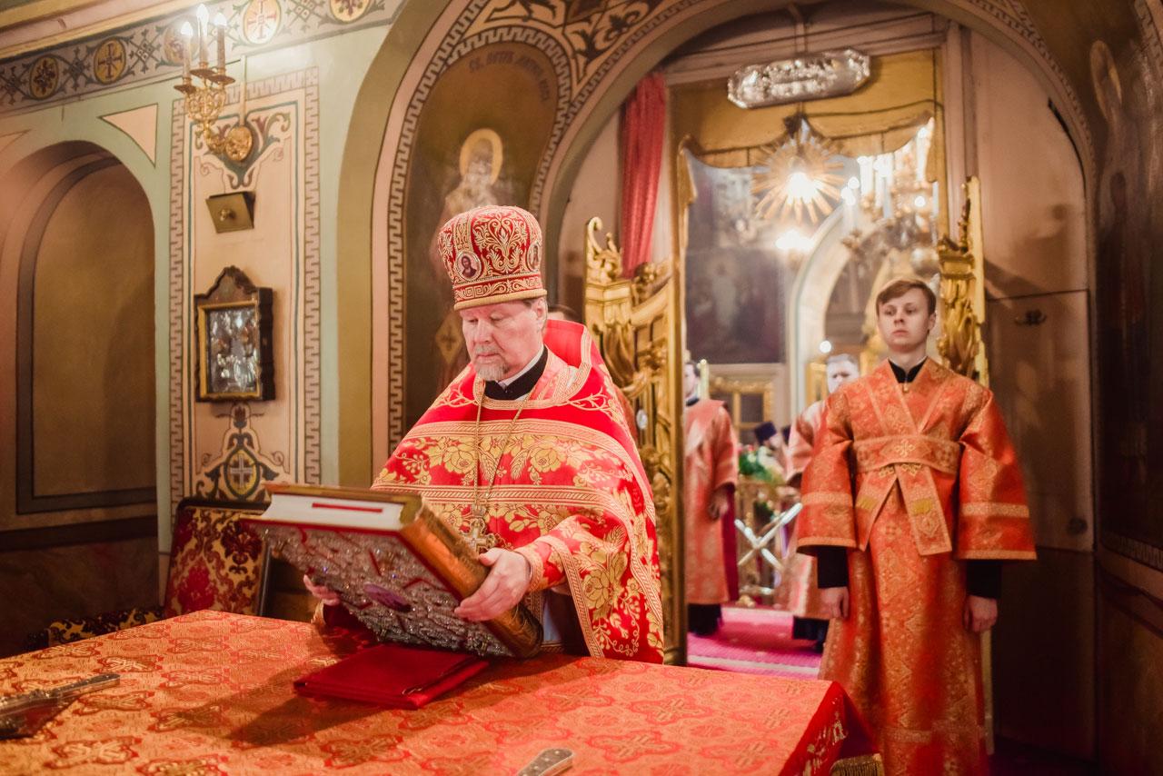 Епископ Бронницкий Фома возглавил Божественную литургию в храме Ризоположения на Донской в день престольного праздника