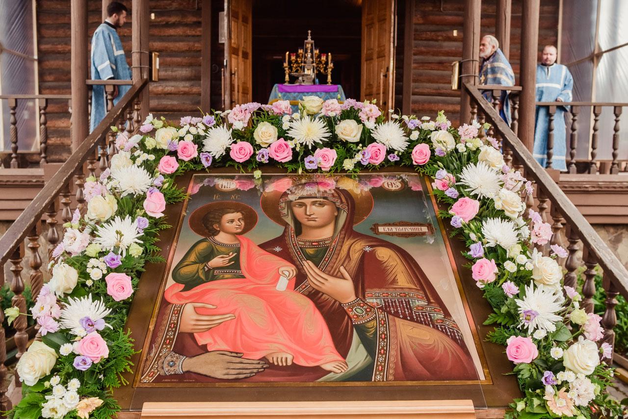 """Епископ Бронницкий Фома совершил Божественную литургию в храме иконы Божией Матери """"Троеручица"""" в день престольного праздника"""