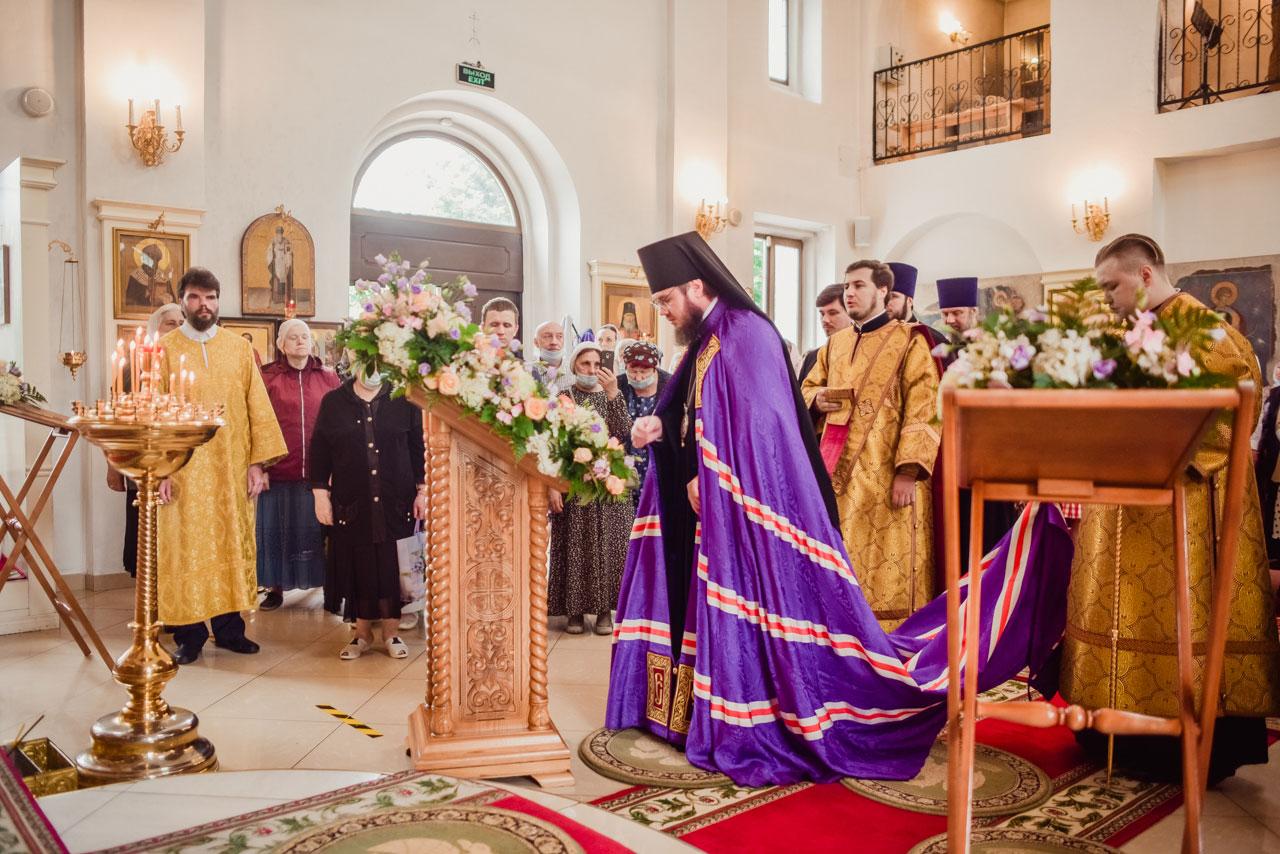 Божественная литургия в храме Входа Господня в Иерусалим в Бирюлеве Восточном