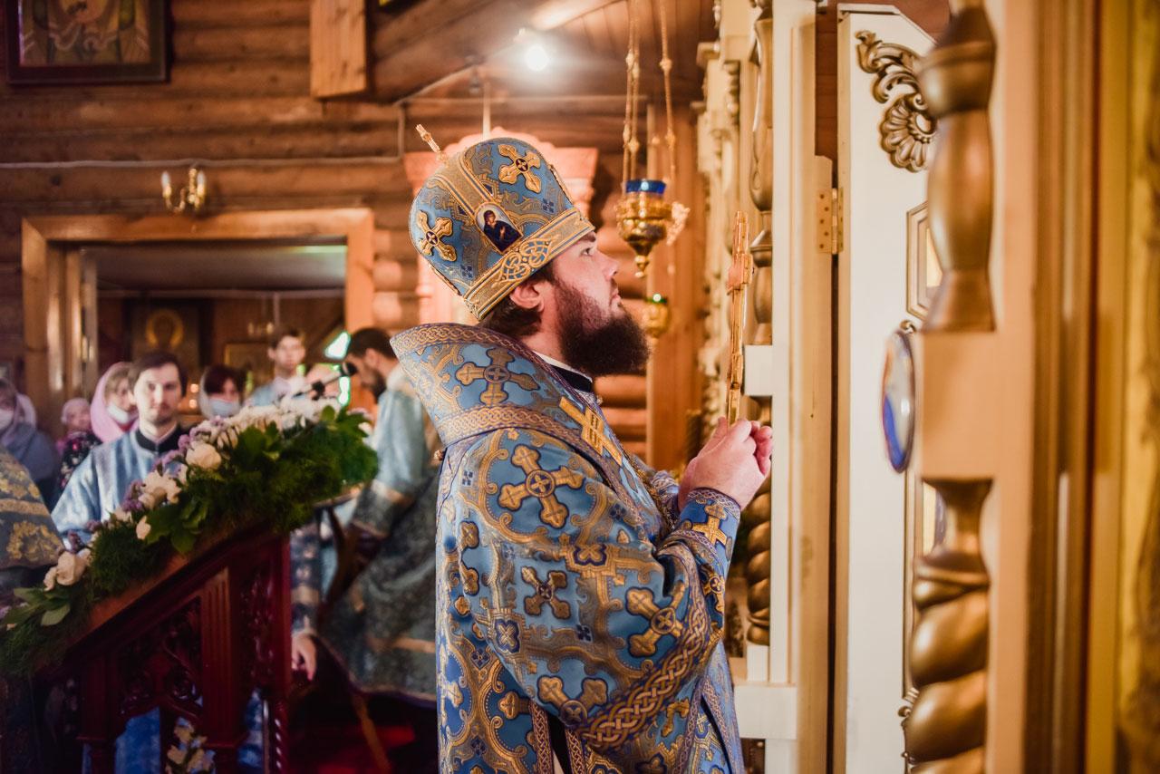 Литургия в храме Живоначальной Троицы в Чертанове