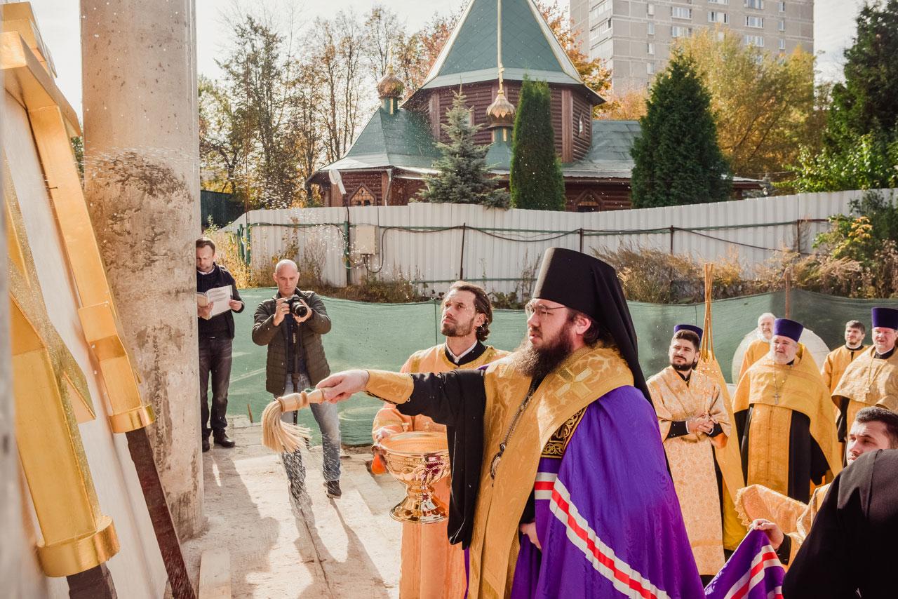 Храм Живоначальной Троицы в Чертанове увенчался крестами