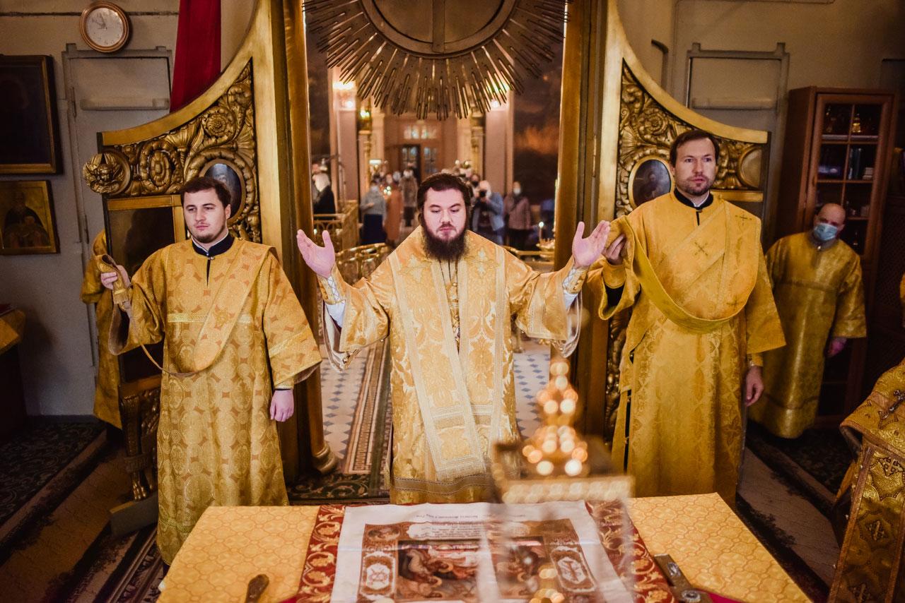 Литургия в храме Сошествия Святаго Духа на Даниловском кладбище