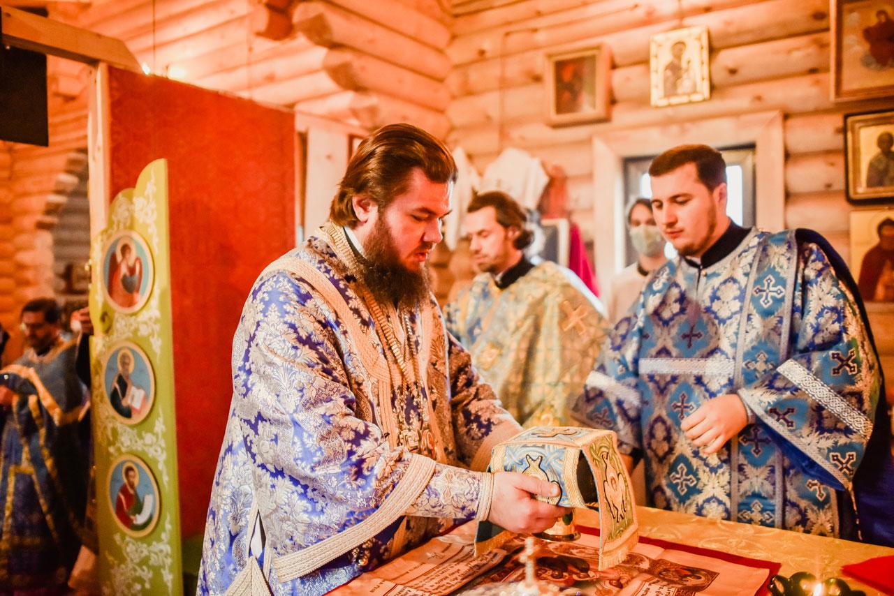 Викарий Святейшего Патриарха возглавил богослужение в храме преподобного Алексия в Садовниках