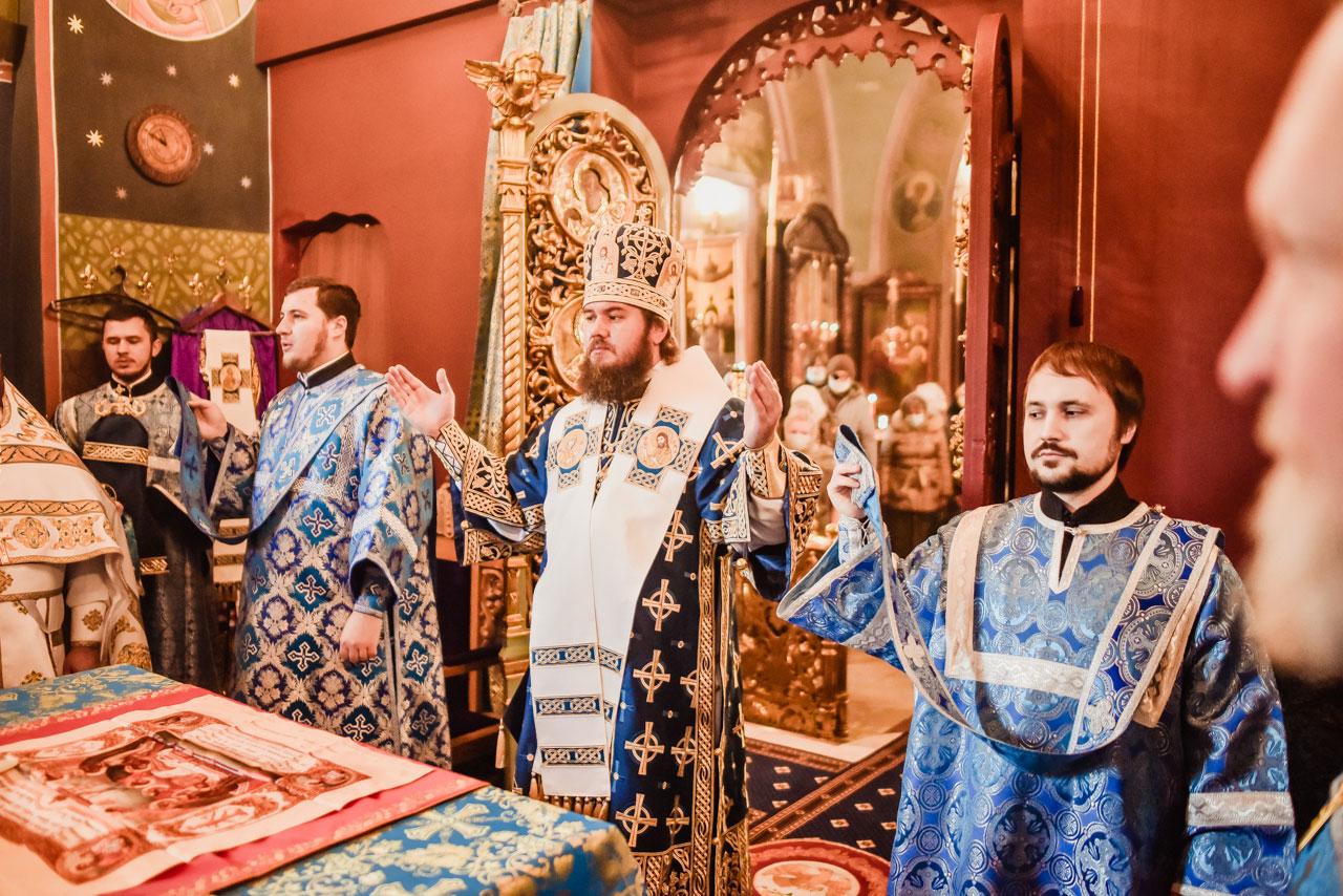 Епископ Фома совершил Литургию в храме иконы Божией Матери «Знамение» в Аксиньине