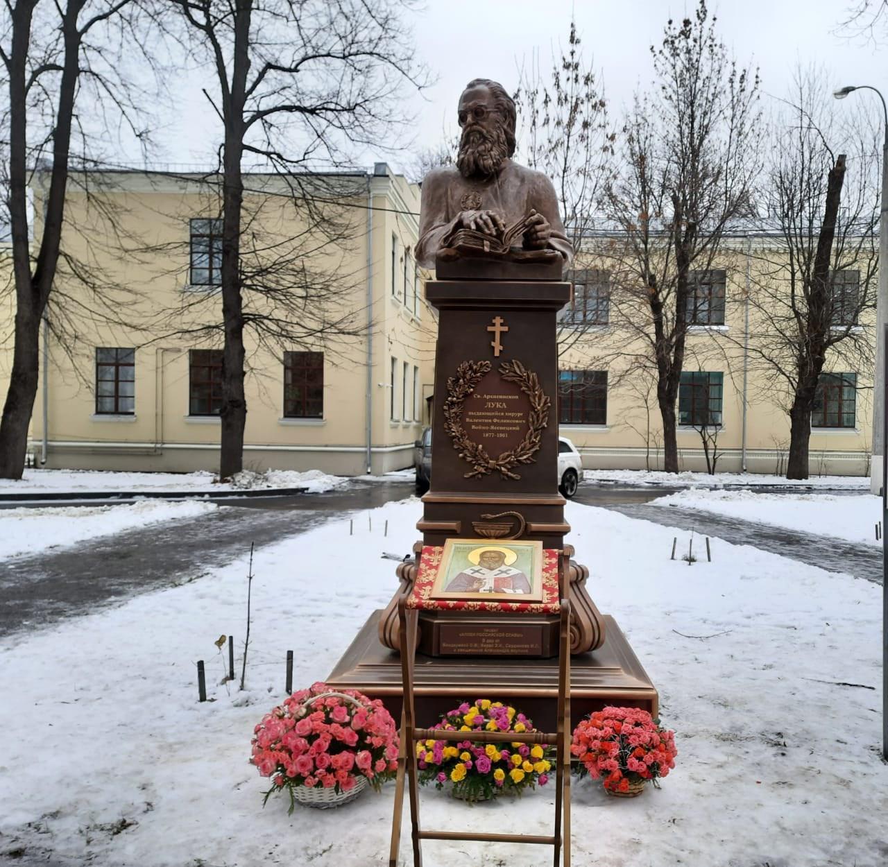 В парке Больницы Святителя Алексия установили скульптуру святителя Луки