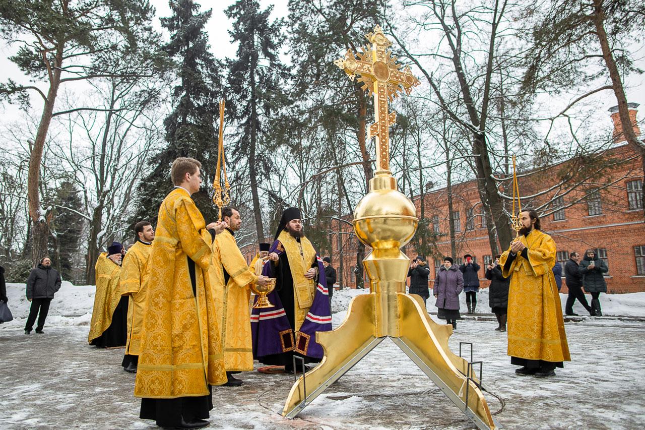 Епископ Фома освятил надкупольный крест для храма во имя иконы Божией Матери Всех скорбящих Радости