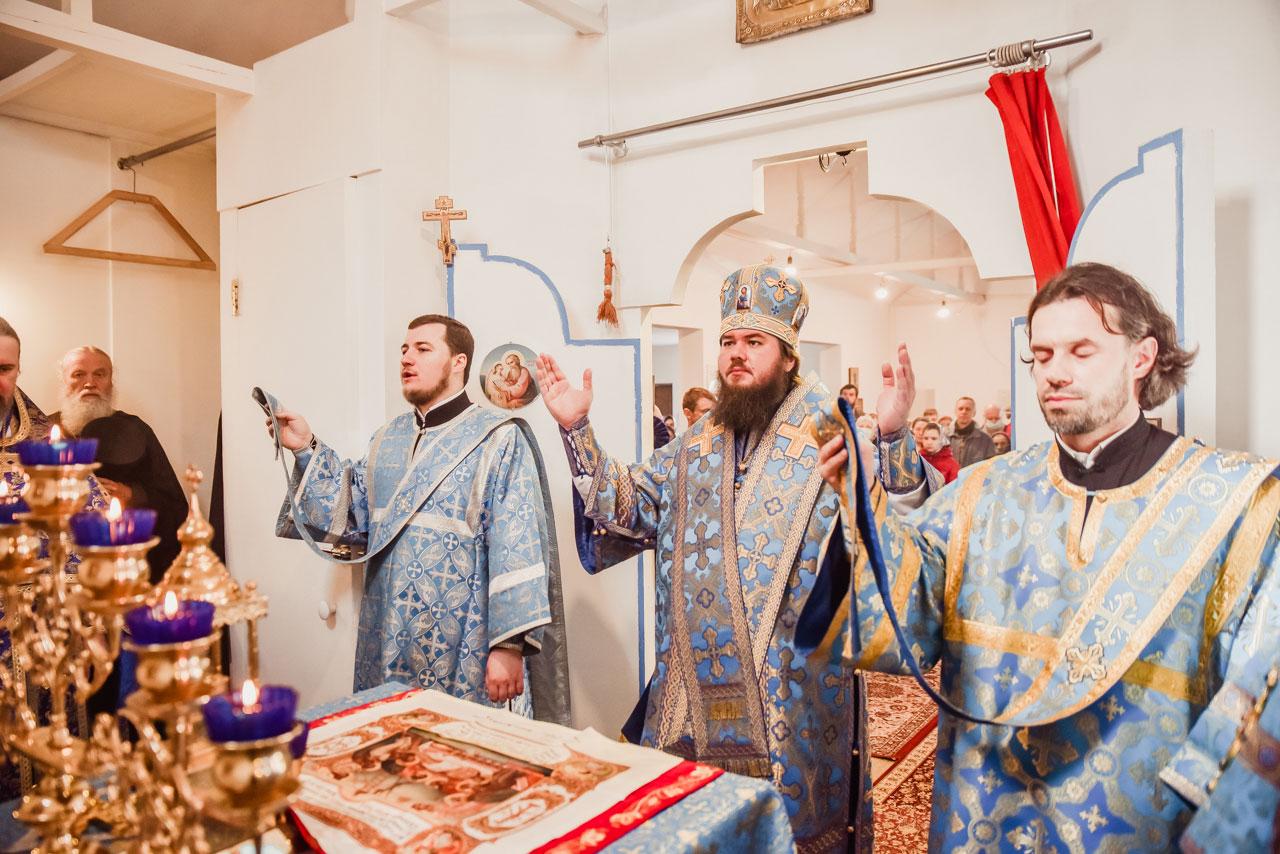 Епископ Фома совершил Литургию в храме Похвалы Пресвятой Богородицы в Зябликове