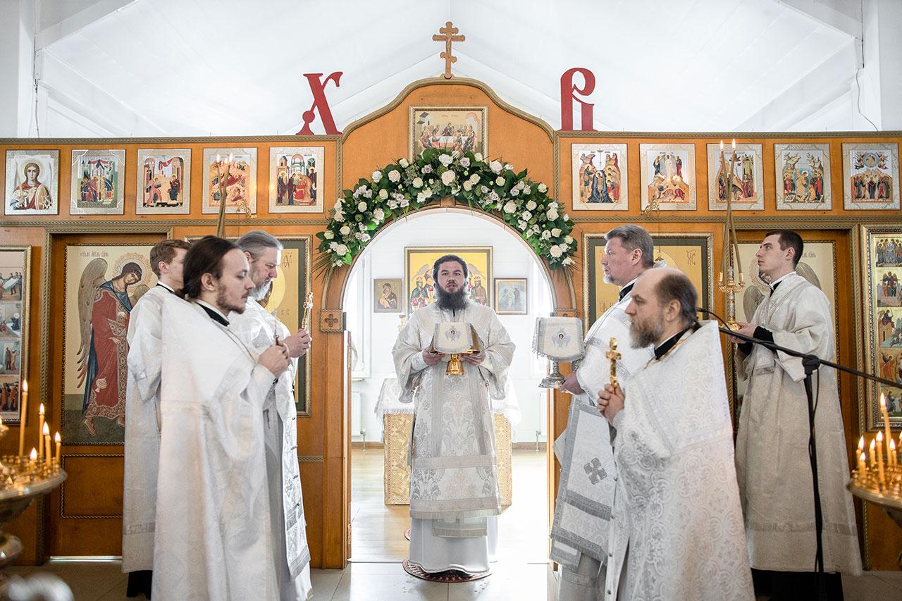 Преосвященный Фома совершил Литургию в храме архистратига Божия Михаила в Царицыне