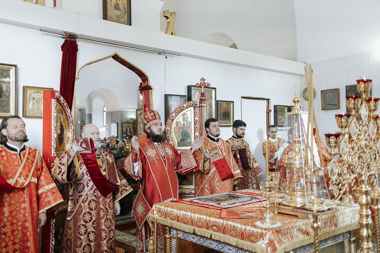 Епископ Фома совершил Божественную литургию в храме Усекновения главы Иоанна Предтечи в Братееве